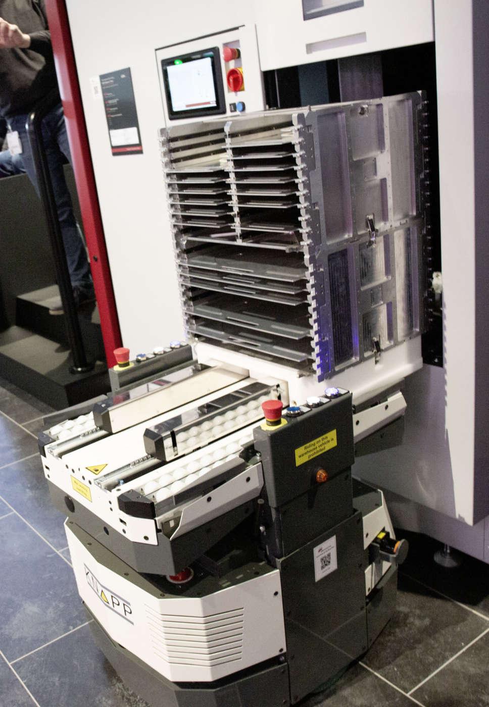 Un AGV attende presso l'ASM Material Tower per ricevere le bobine dei componenti che sono già state ordinate in base al setup di macchina previsto