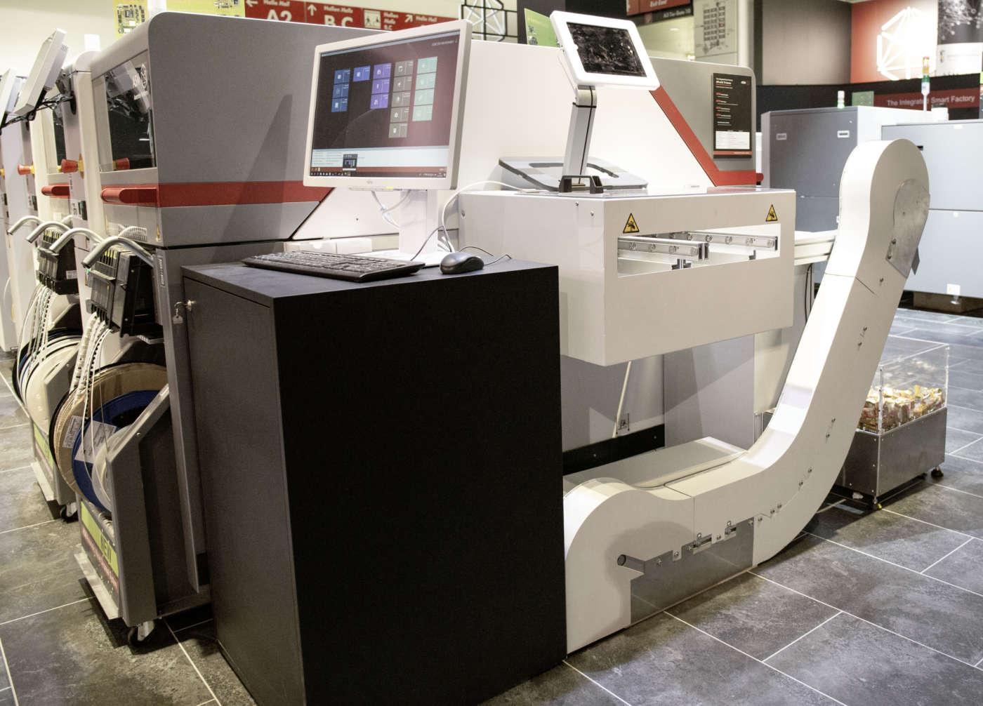 Il sistema modulare ASM per la rimozione automatica dei rifiuti di nastro dalle p&p ad un contenitore che può essere facilmente raccolto e sostituito da un AGV